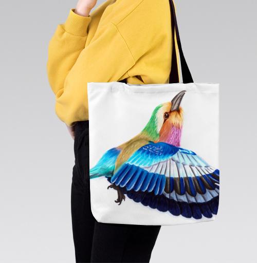Фотография футболки Яркая летящая птица